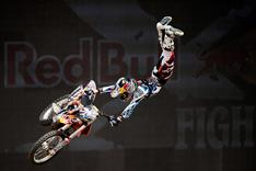 Die Red Bull X-Fighters - hier Levi Sherwood - sorgen für spektakuläre Action